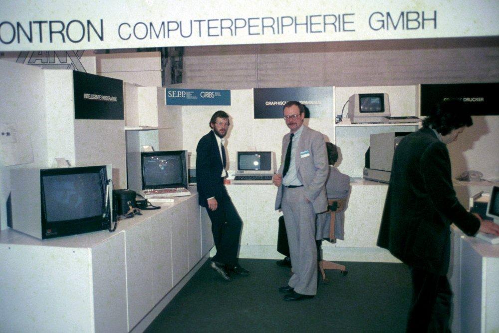 Norbert Kastner (li.) und Franz-Josef Prester (re.) auf einem Messestand aus den frühen Jahren des Unternehmens
